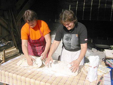 Helen og Anita Blø Sølvberg baker brød til kulturdagene. Foto: Ragnhild Sleire Øyen, NRK