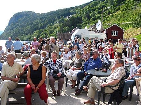 Omlag 150 innbyggere hadde møtt opp for å feire Jonsok. Foto: Ragnhild Sleire Øyen, NRK