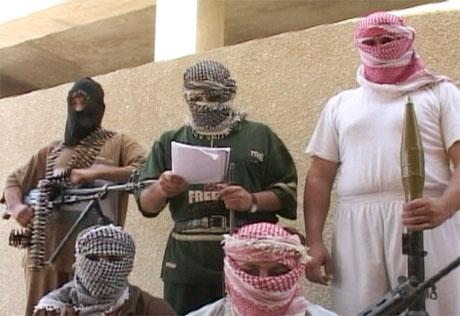 - Vi forsvarer hjembyen vår. USAs påstander om at vi ledes av Zarqawi er et spill, sa disse opprørerne i et videoopptak i dag. (Foto: Reuters/Scanpix)