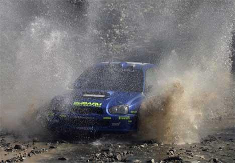 Mikko Hirvonen på samme sted som Petter fikk ødelagt bilen sin fredag. Foto: www.swrt.com