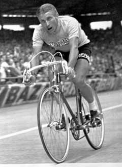 Jacques Anquetil krysser mållinjen i Paris i 1964 og tar sin femte Tour-seier. (Foto: AP/Scanpix)