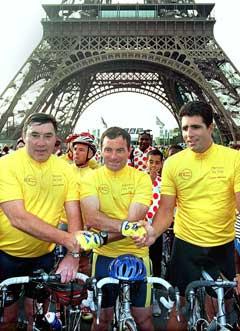 Tre femdobbelte Tour-vinnere samlet i år 2000. Fra venstre Eddie Meckx, Bernard Hinault og Miguel Indurain. Foto: AP/Scanpix)