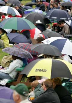 Flere paraplyer enn tennisballer i Wimbledon lørdag. (Foto: AP/Scanpix)