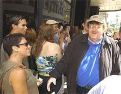 """Michael Moore møtte et fornøyd kinopublikum etter visningen av """"Fahrenheit 911"""" i New York søndag. (Foto: AP/Scanpix)"""