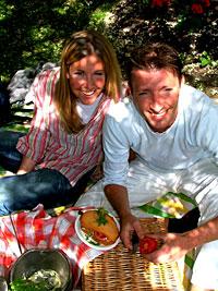 Kokk Ove Jacobsen og reporter Hanne Hoftun spennende piknik-mat i Reiseradioen. (Foto: Marius Saasen Strand)