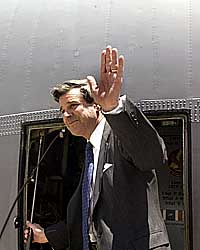 FORLOT IRAK: USAs sivile administrator Paul Bremer forlot Irak etter maktovertagelsen mandag. (Foto: AFP/Pauline Lubens)