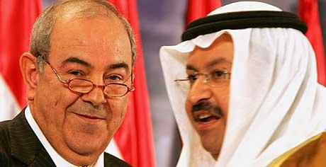 MAKTSKIFTE I IRAK: Statsminister Iyad Allawi og president Ghazi al-Yawar etter seremonien i Bagdad mandag hvor regjeringen ble tatt i ed. (Foto: AFP/Cris Bouroncle)