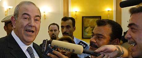 MØTTE MEDIENE: Like etter edsavleggelsen møtte Iraks statsminister Iyad Allawi pressen. - Irak vil aldri mer bli isolert slik tidligere diktator Saddam Hussein ønset, fortalte statsministeren de fremmøtte journalistene. (Foto: AFP/Cris Bouroncle)