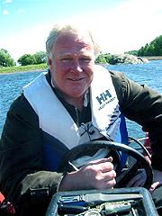 Hans Due forteller at det er mye som må sjekkes før man legger ut på tur. Foto: Sjur Sætre, NRK