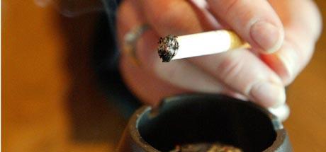 <b>Røyker som bare det</b>- Jeg har tøyet det ganske langt, ja, sier innehaveren av puben ( Ill.foto: Gorm Kallestad/ Scanpix)