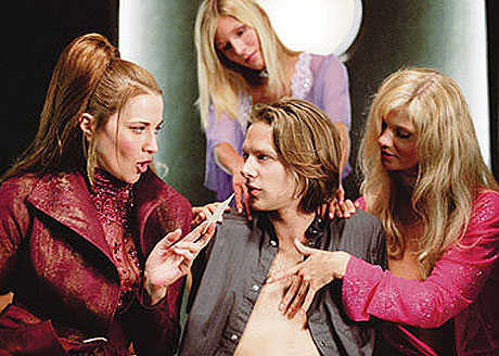 """Madame Vandersexxx (Lucy Lawless) og hennes kolleger gir Cooper (Jacob Pitts) mer """"foreign relations"""" enn han trodde. Foto: Filmweb"""