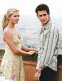 Scotty (Scott Mechlowicz) treffer endelig sin hotte tyske brevvenn Mieke (Jessica Bohrs) i Roma. Foto: Filmweb