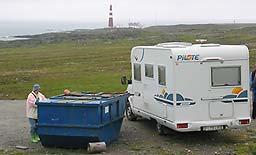 Denne søppelcontaineren er eneste tilbud til bobilturister på Slettnes.