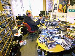 Bluesguruen sit med høyretelefonar og høyrer gjennom sine tusenvis av blues-CD-ar. Foto: Sigmund Krøvel-Velle