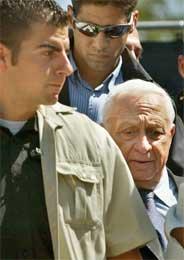 Sharon omgitt av livvakter kom til Sderot i dag (Scanpix/AFP)