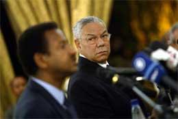 Colin Powell (t.h.) møtte Sudans utenriksminister Mustafa Osman Esmail straks etter ankomsten til Sudan (Scanpix/AFP)