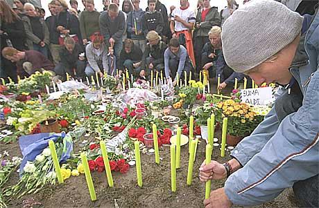 Festivaldeltakere minnes de omkomne med lys og blomster dagen etter den tragiske ulykken. Minnelunden står der fortsatt. Foto: Scanpix.