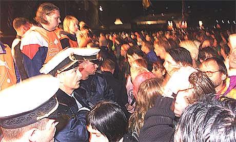 Politiet ankommer ulykkestedet og møter 60.000 panikkslagne festivaldeltakere. Foto: Scanpix.