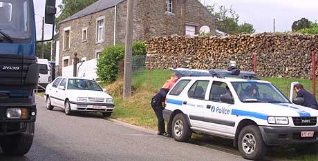 MASSEMORDER: Den franske skogsarbeideren har tilstått drap på minst seks jenter. Her undersøker politet huset hans i Sart-Custinne 2. juli 2003. (Arkivfoto: AFP/BELGA)