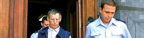 TILSTOD SEKS DRAP: Michel Fourniret (venstre) har vært fengslet siden juni i fjor. Her fra et møte i rettslokalet i Belgia 26. juni 2003. (Arkivfoto: Belga/Bruno Arnold)