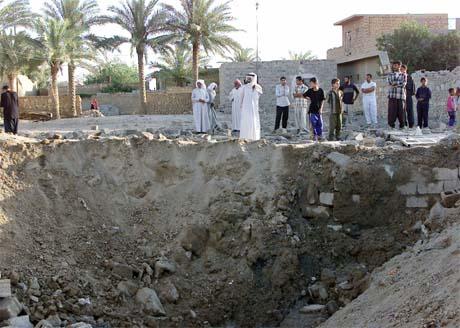 Bare et krater er igjen av huset USA-styrker angrep i Falluja i natt. (Foto: Reuters/Scanpix)