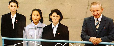 GJENFORENING: Charles Robert Jenkins og døtrene Mika (venstre) og Belinda (nummer to fra høyre) har ikke sett sin kone og mor, Hitomi Soga, siden oktober 2002. (Arkivfoto: Jiji Press)