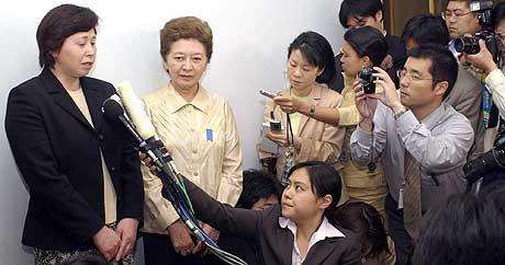 FRYKTER UTLEVERING: Kona Hitomi Soga returnerte tilbake til Japan i oktober 2002. Her snakker hun med journalister etter et møte med USAs ambassadør i Japan, Howard Baker, 9. mai 2003. (Arkivfoto: AP/Chiaki Tsukumo)