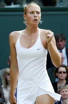 Maria Sjarapova etter å ha vunnet ett poeng i kampen mot Davenport. (Foto: AP/Scanpix)