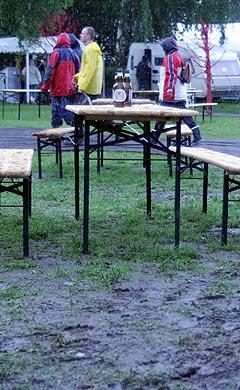 Første dag av Roskilde 2004 var blant annet preget av svært dårlig vær. Foto: Jørn Gjersøe, nrk.no/musikk.