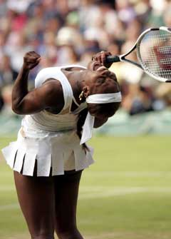 Serena Williams jubler over ett vunnet poeng i kampen mot Amelie Mauresmo. (Foto: Reuters/Scanpix)