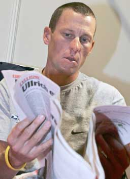 Lance Armstrong leser op sin konkurrent. (Foto; Scanpix)