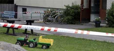 En kvinne ble funnet drept i en leilighet i denne blokka. Mannen som er siktet for drapet ble funnet hardt skadd i en trappesats utenfor. (Foto Heiko Junge / SCANPIX)