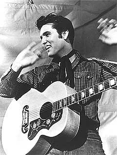 Elvis Presley gikk ut av studioet som en helt annen artist enn da han gikk inn, denne julidagen for fem år siden. Han så for seg romantiske ballader, men ble rock n roll personifisert i stedet. Foto: AP/Scanpix.