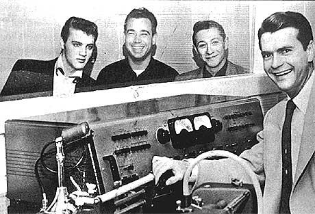 Musikkhistorie ble skrevet 5. juli 1954 av disse fire mennene: Fra venstre Elvis Presley, bassisten Bill Black, gitaristen Scotty Moore og Sun-sjefen Sam Phillips. Foto: Times Daily, AP/Scanpix.