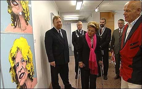 Dronning Sonja besøkte utstillinga då ho var i Førde siste veke. Foto: Randi Indrebø, NRK