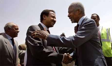 Annan ble tatt vel imot av Sudans utenriksminister Mustafa Osman Esmail da han kom til Khartoum, men nå blir det meldt at myndighetene kan ha prøvd å lure ham (Scanpix/AFP)