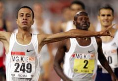 Rachid Ramzi jubler i det han setter årsbeste på 1500 meter. (Foto: AFP/Scanpix)