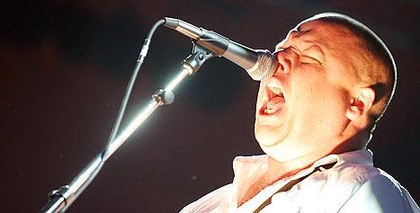 Vokalist Frank Black og Pixies har gjort comeback og spilte fredag kveld på Roskilde. Foto: Jørn Gjersøe, nrk.no/musikk.