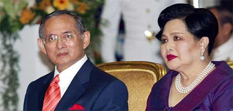 FÅR BREV: Kong Harald sender takkebrev til kong Bhumibol av Thailand, her sammen med dronning Sirikit. (Scanpix/AFP)