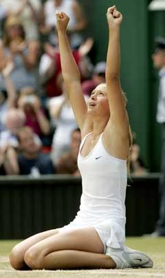 Maria Sjarapova gikk ned på kne og jublet etter å ha slått inn matchballen. (Foto: Reuters/Scanpix)