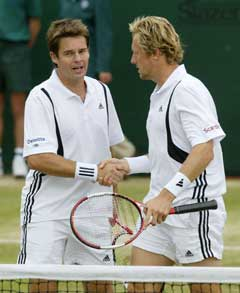 Todd Woodbridge og Jonas Björkman tok sin tredje doubletittel sammen i Wimbledon. (Foto: AFP/Scanpix)