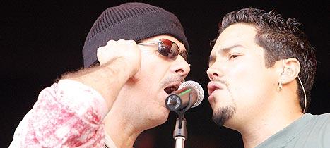 Santana og sangeren Andy Vargas på den orange scenen i Roskilde søndag. Foto: Jørn Gjersøe, nrk.no/musikk.