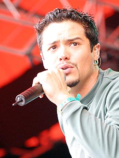 Vokalist Andy Vargas' varme stemme kler musikken til Santana. Foto: Jørn Gjersøe, nrk.no/musikk.
