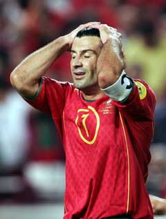 En skuffet Luis Figo etter at han tapte sin foreløpig siste landskamp i fjorårets EM-finale.(Foto: Reuters/Scanpix)