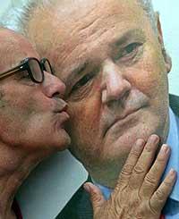 MILOSEVIC I RETTEN: En sympatisør kysser bildet av Slobodan Milosevic under en markering i Beograd 28. juni - for å markere at det er tre år siden Milosevic ble utlevert til domstolen. (Foto: Reuters/Marki Djurica)