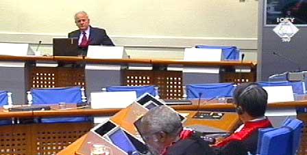 DISKUTERER MILOSEVIC` HELSE: Jugoslavias tidligere president møtte opp i retten i dag. (Foto: FNs krigsforbryterdomstol for det tidligere Jugoslavia)
