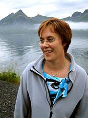 Renate Renland tenker ikke over at Husøy er en av de få stedene i Norge der de har siesta. Foto: Kjetil Lillesæter, NRK