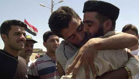 Frigitte fanger fra Abu Ghraib omfavnes i Ramadi. Foto: Khalid Mohammed