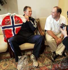 Teamsjef Roger Legay sammen med Thor Hushovd før årets Tour de France. (Foto: Cornelius Poppe / SCANPIX)