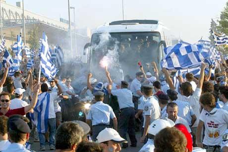 Politiet måtte brøyte vei for spillerbussen på vei fra flyplassen. (Foto: AP/Scanpix)